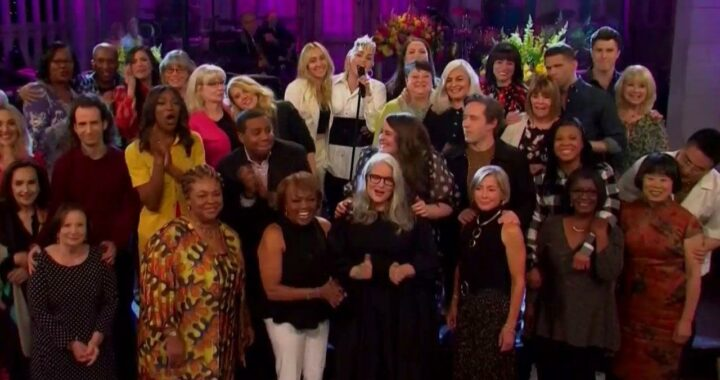 'SNL': Miley Cyrus Opens Mother's Day Episode With Castmember Moms