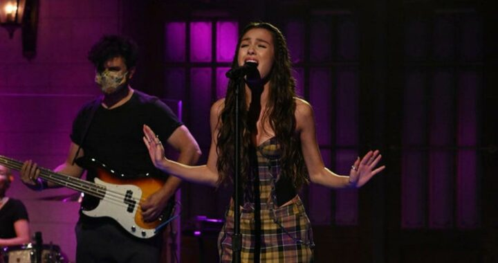 """Olivia Rodrigo Gives Us Early '00s Avril Lavigne Energy With Her Plaid """"Good 4 U"""" Outfit"""